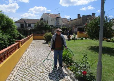 Jardinagem no jardim da instituição